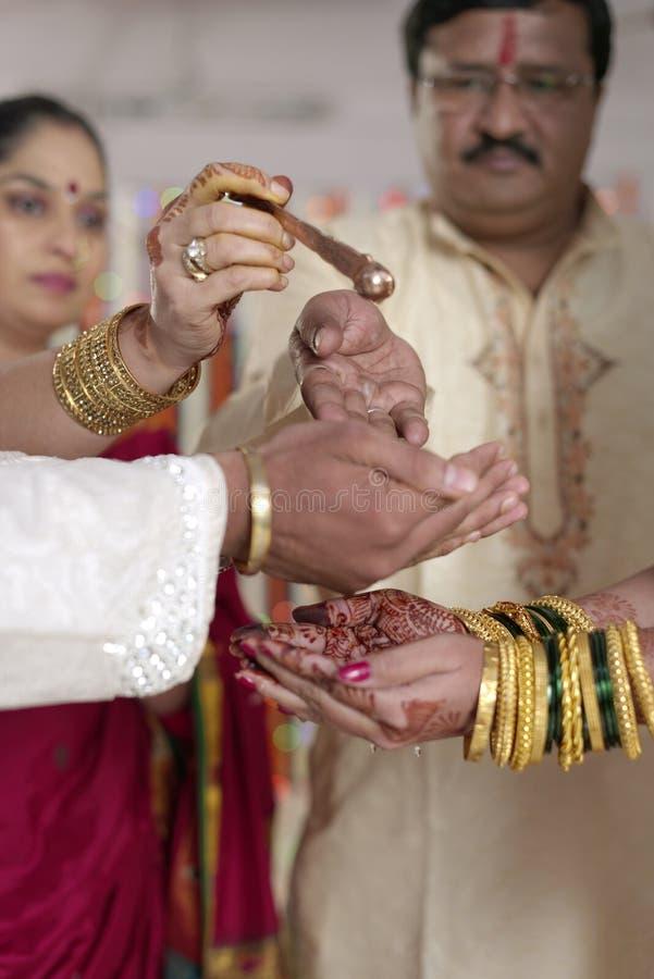 Ритуал Kanya Daan в индийской индусской свадьбе стоковое изображение rf