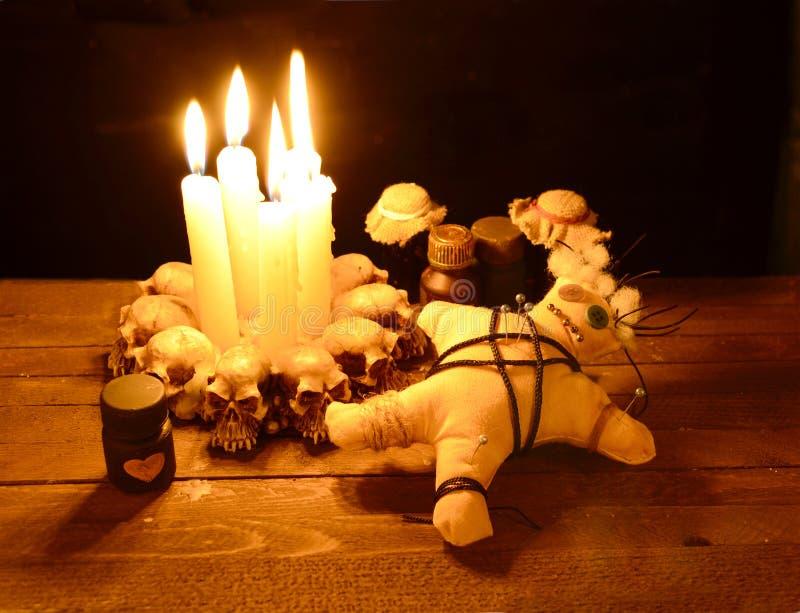 Ритуал voodoo влюбленности в свете горящей свечи стоковые фото