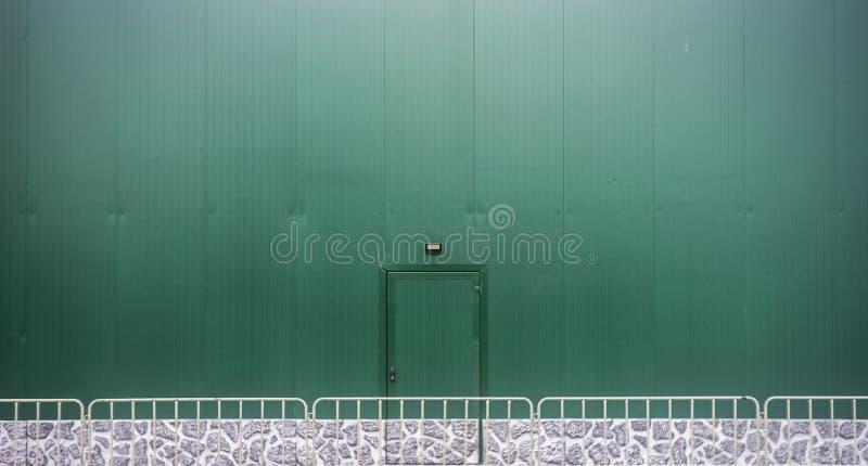 Рифленый металлический лист, дверь скольжения, текстура шторки ролика стоковая фотография
