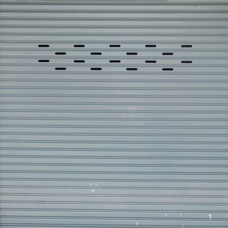 Рифлёный металлический лист, белая дверь скольжения, текстура штарки ролика стоковое изображение rf