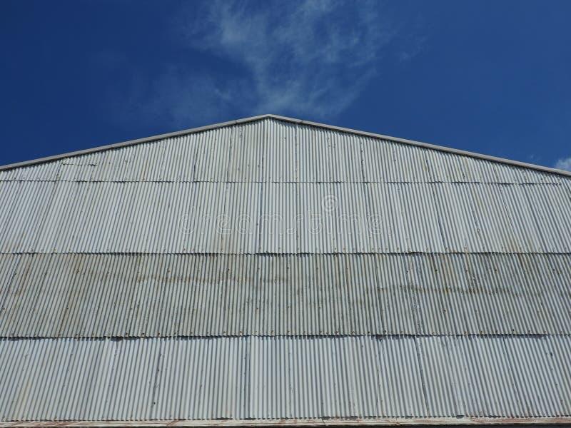 Рифлёный фасад цинка витает в голубое небо стоковая фотография rf
