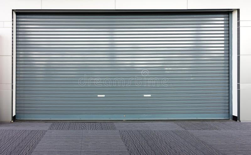 Рифлёная дверь скольжения металлического листа стоковое изображение