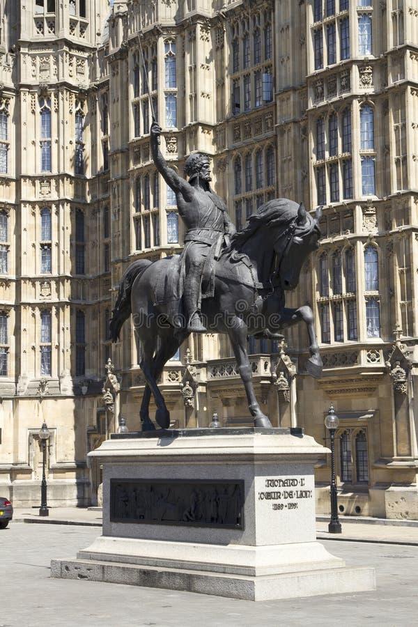 Ричард Coeur de Лев ранг II перечислило конноспортивную статую монарха двенадцатого века английского стоковые изображения rf