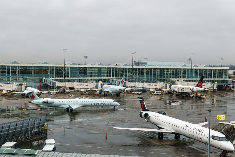 РИЧМОНД, КАНАДА - 8-ое декабря 2018: Занятая жизнь на воздушных судн и грузе международного аэропорта Ванкувера стоковое фото rf