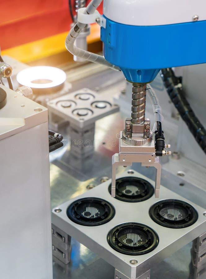 Робототехнический механический инструмент в промышленном заводе изготовления стоковые фото