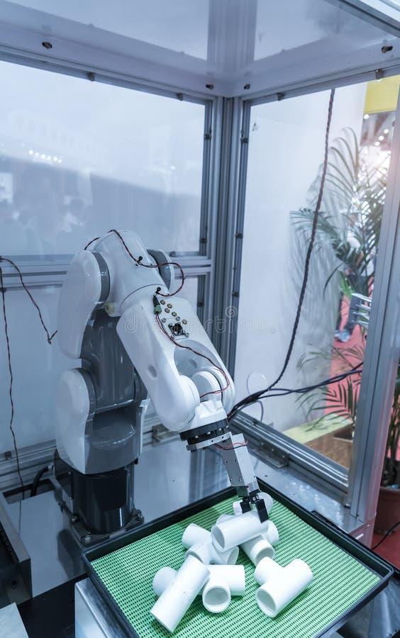 Робототехнический механический инструмент в промышленном заводе изготовления стоковое изображение