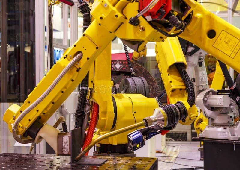 Робототехнический механический инструмент руки на фабрике промышленного изготовления умной стоковое фото