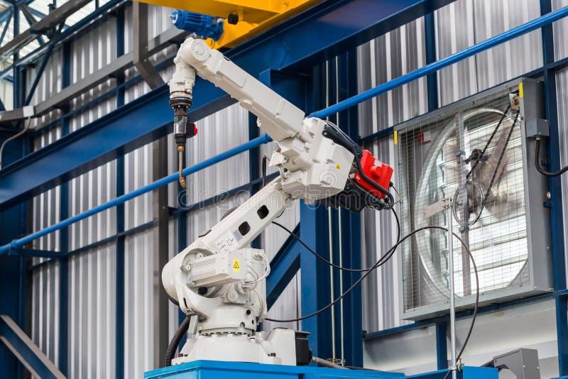 Робототехнический сварочный аппарат дуговой сварки стоковые изображения rf