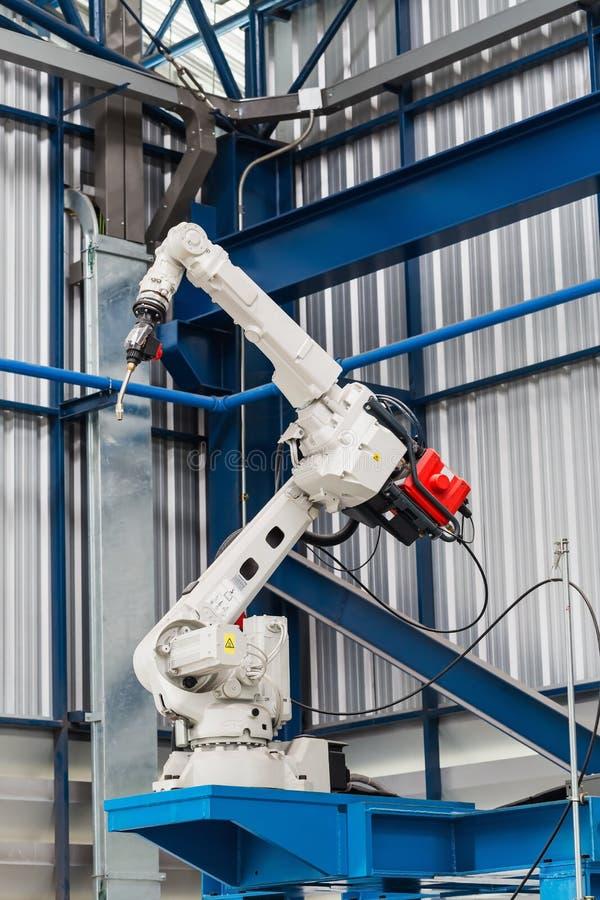 Робототехнический сварочный аппарат дуговой сварки стоковое фото