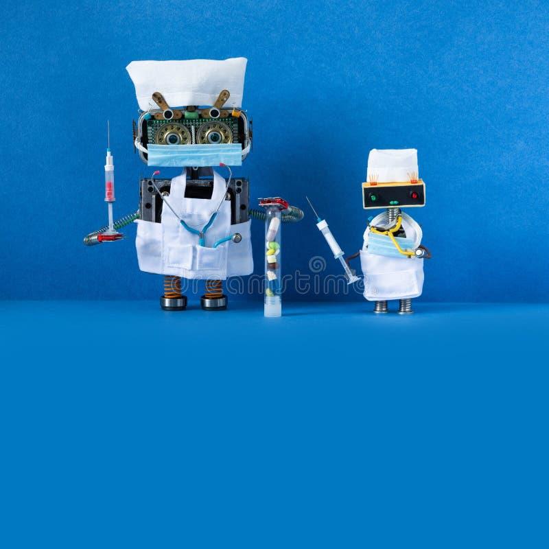 Роботы-врачи с хирургической маской, стетоскопом, шприцовым кровяным тестом и вакциной Синий фон копировать пространство стоковое изображение