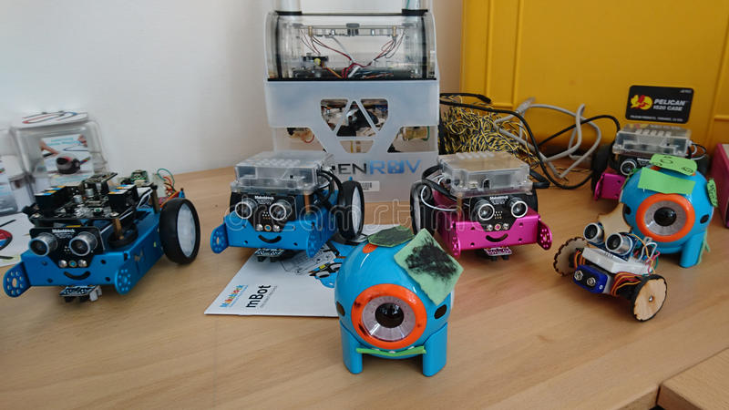 Роботы для детей дошкольного возраста стоковые фото