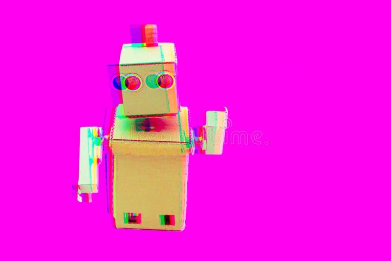 Робот влияния небольших затруднений с руками на пластиковой розовой п стоковое фото
