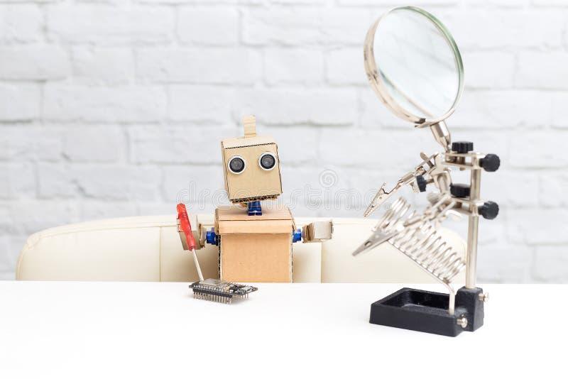 Робот держит отвертку и собирает микросхему искусство стоковые изображения