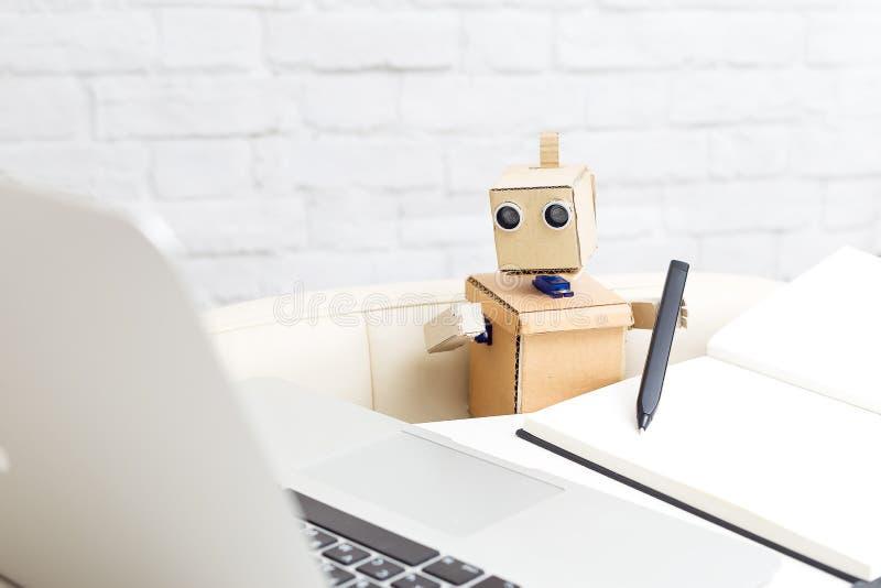 Робот держит ручку в своей руке и работает Будущее technolog стоковые фото