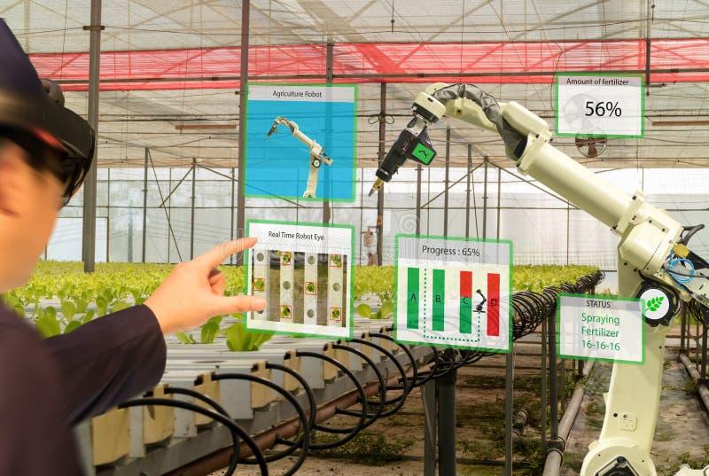 Робот 4 индустрии Iot умный 0 концепций земледелия, agronomist, farmerblurred используя умные стекла увеличила смешанную виртуаль стоковые изображения