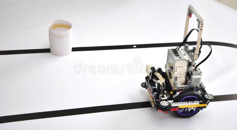 Робот на таблице с препятствиями стоковая фотография