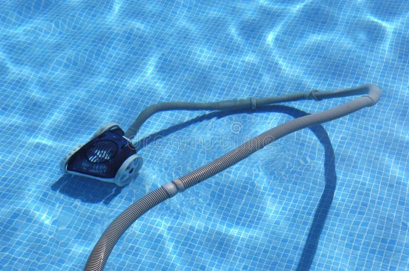 Робот очищая бассейн стоковая фотография rf