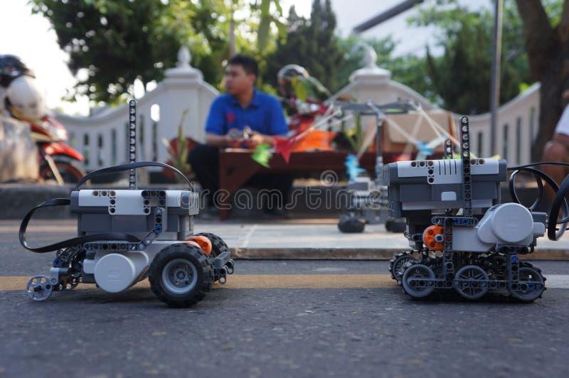 Download Робот редакционное стоковое изображение. изображение насчитывающей сольно - 40588159