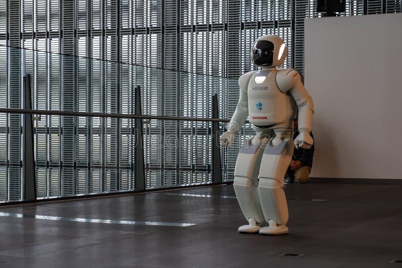 Робот Asimo Honda выполняя выставку в Национальном музее Miraikan вытекая науки и нововведения стоковое фото