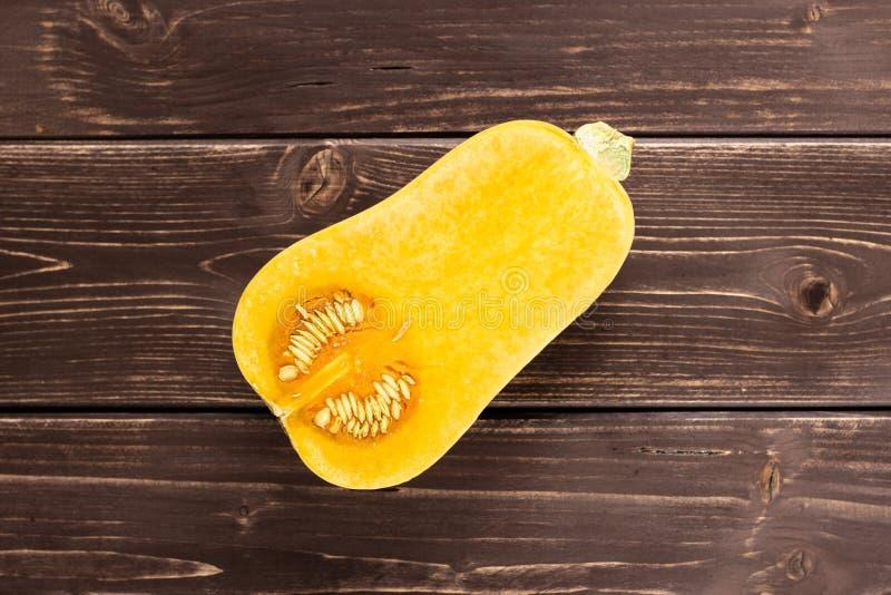 Ровная груша сформировала оранжевое waltham сквоша butternut на коричневой древесине стоковые фото