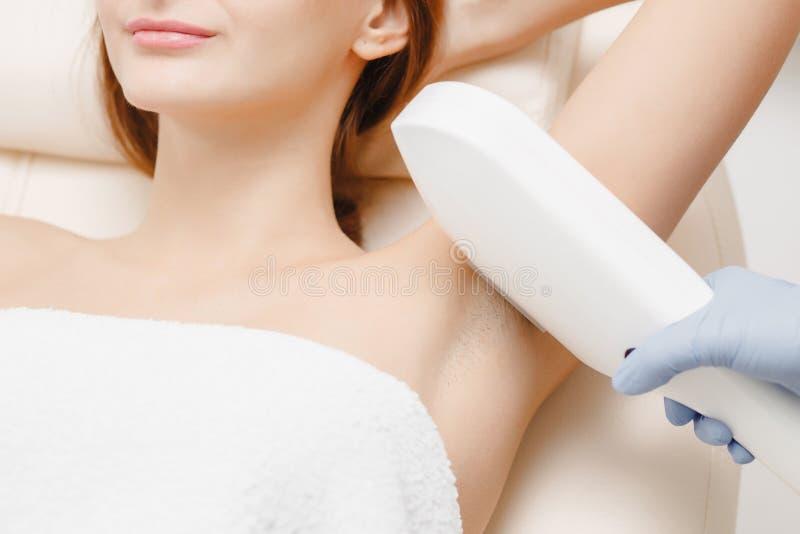 Ровная женщина кожи под оружиями Удаление волос лазера стоковые изображения
