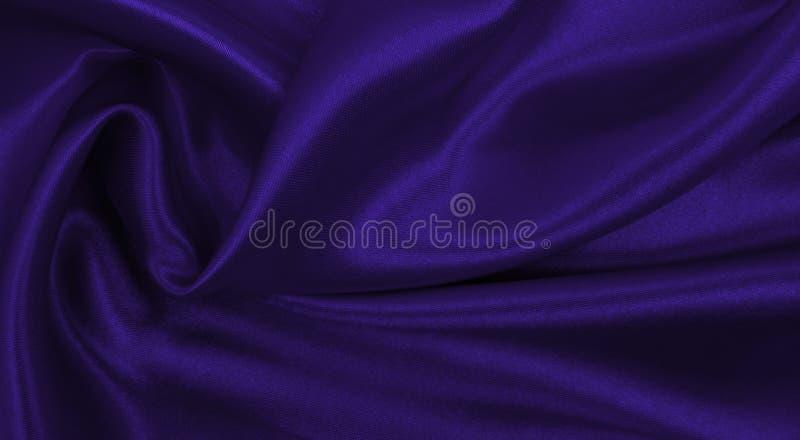 Ровная элегантная текстура ткани шелка или сатинировки сирени роскошная как абстрактная предпосылка Роскошный дизайн предпосылки стоковые фото