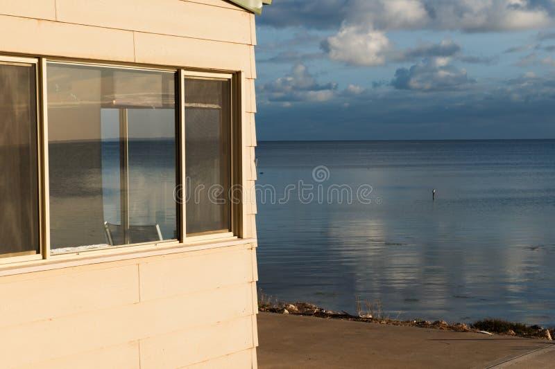 ровное поднимая море стоковая фотография