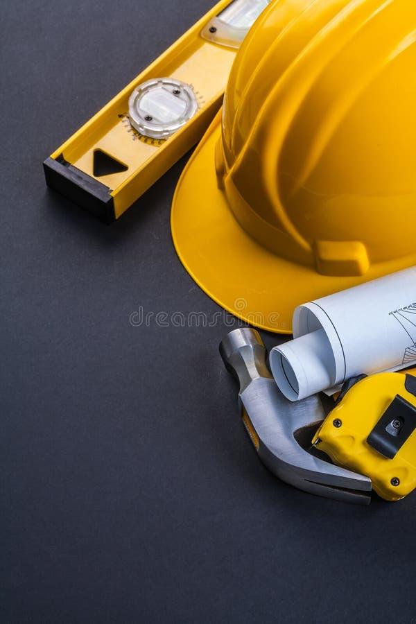 Ровный свернутый молоток шлема blueprints tapeline дальше стоковая фотография rf
