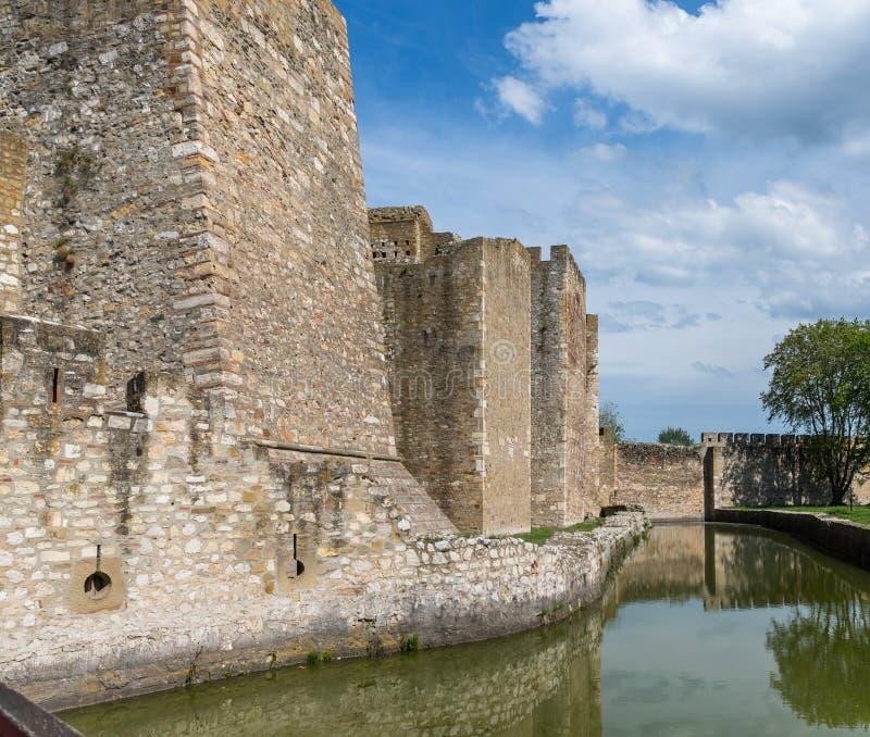 Ров заполнил с водой в руинах крепости Smederevo, стоя на банках Дуная в городке Smederevo внутри стоковое фото rf