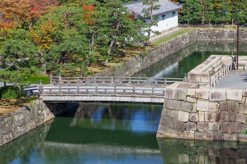 Ров и мост на замке Nijo в Киото стоковое фото rf