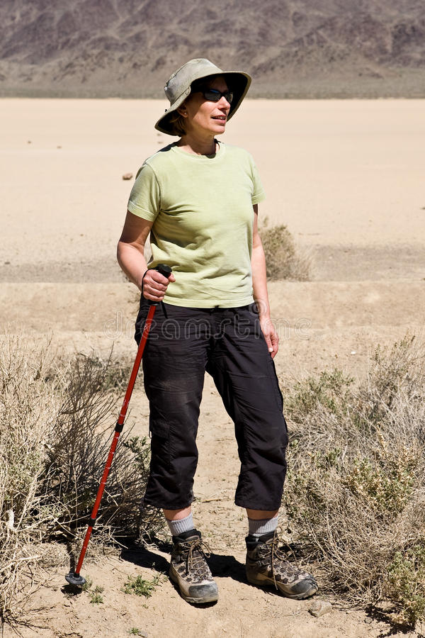 родившийся во время демографического взрыва hiking женщины стоковые фотографии rf