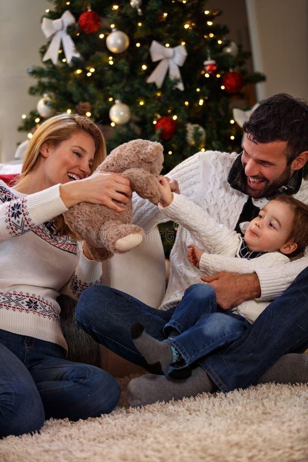 Родители имея потеху с солнцем в Рожденственской ночи стоковые фотографии rf