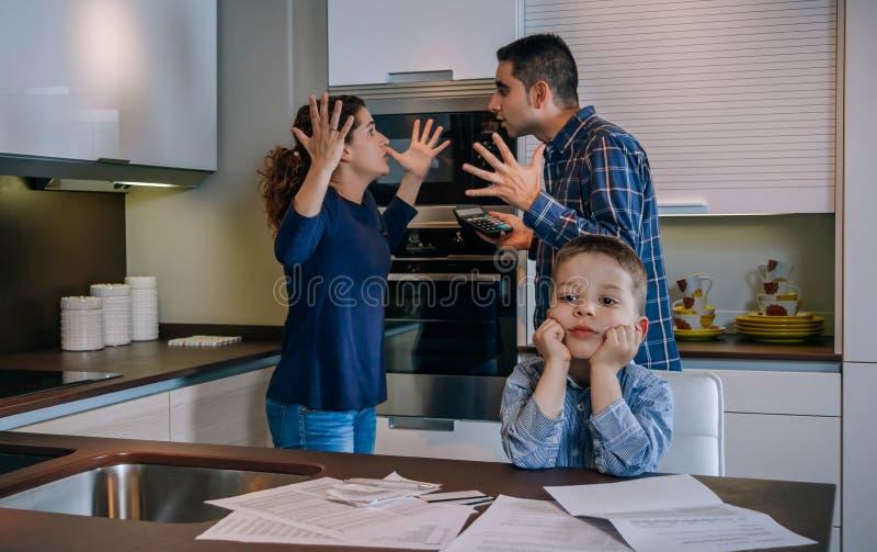 Родители спорят со своим маленьким сыном стоковое изображение