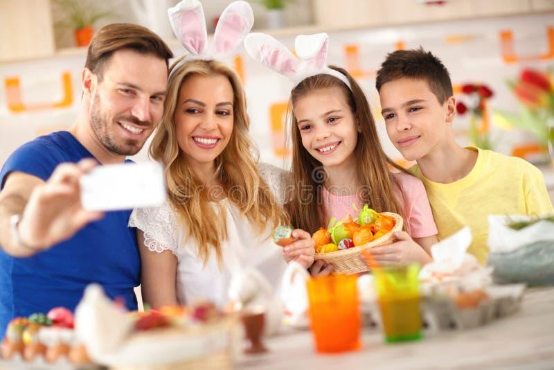 Родители с детьми принимая selfie стоковые изображения rf