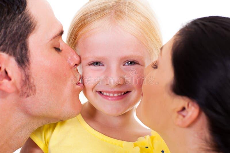 Родители целуя дочь стоковые изображения rf
