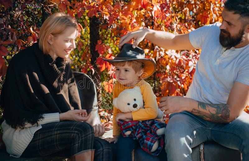 Родительство и воспитание r Приключение с сыном Подготавливайте для длинного путешествия Отец и чемодан и сын матери стоковое изображение rf