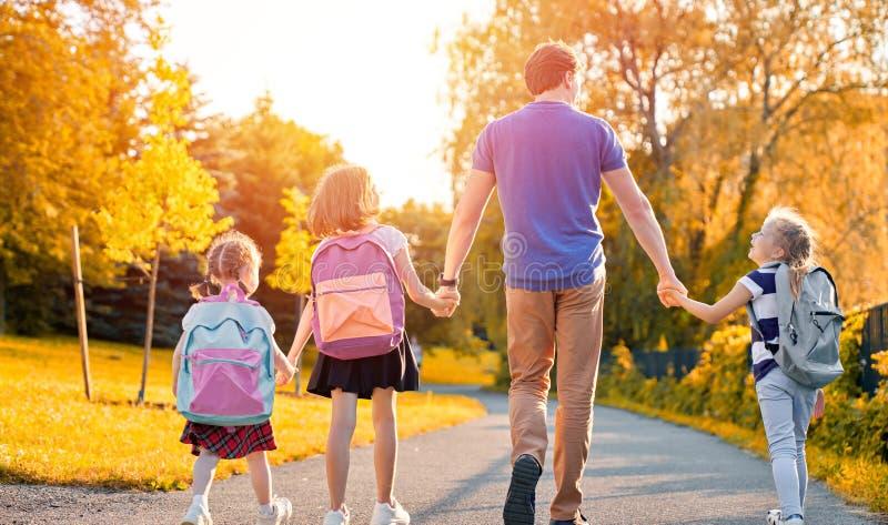 Родитель и зрачки идут обучить стоковое изображение rf