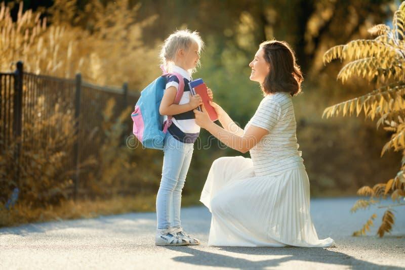 Родитель и зрачок идут обучить стоковая фотография rf