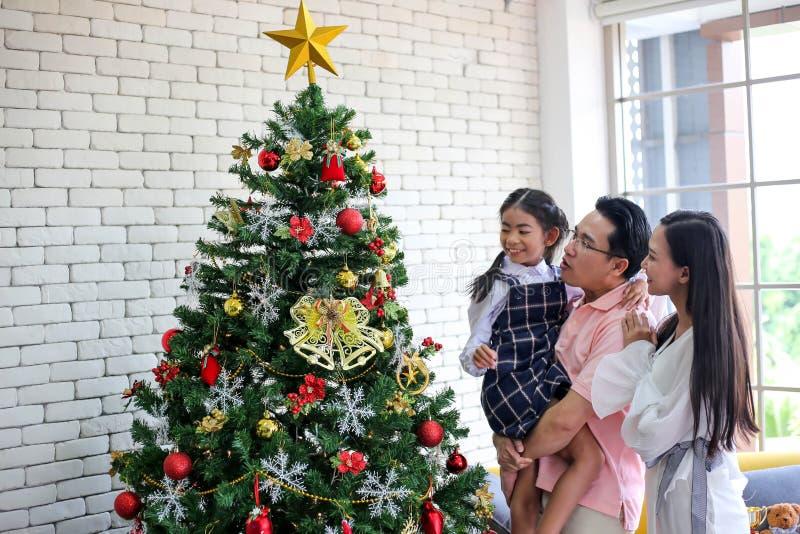 Родитель и меньший ребенок имея потеху около подарки с рождеством t стоковые изображения rf