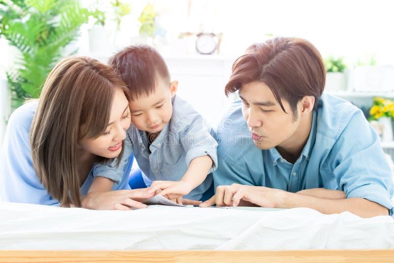 Родитель прочитал книгу с ребенком стоковое фото rf