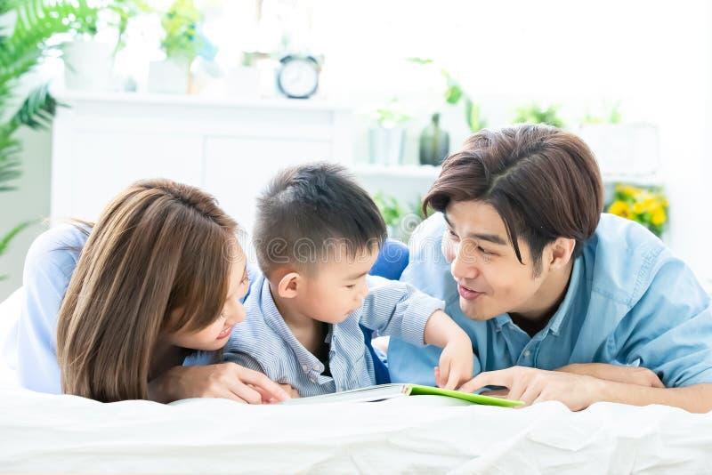 Родитель прочитал книгу с ребенком стоковое изображение rf