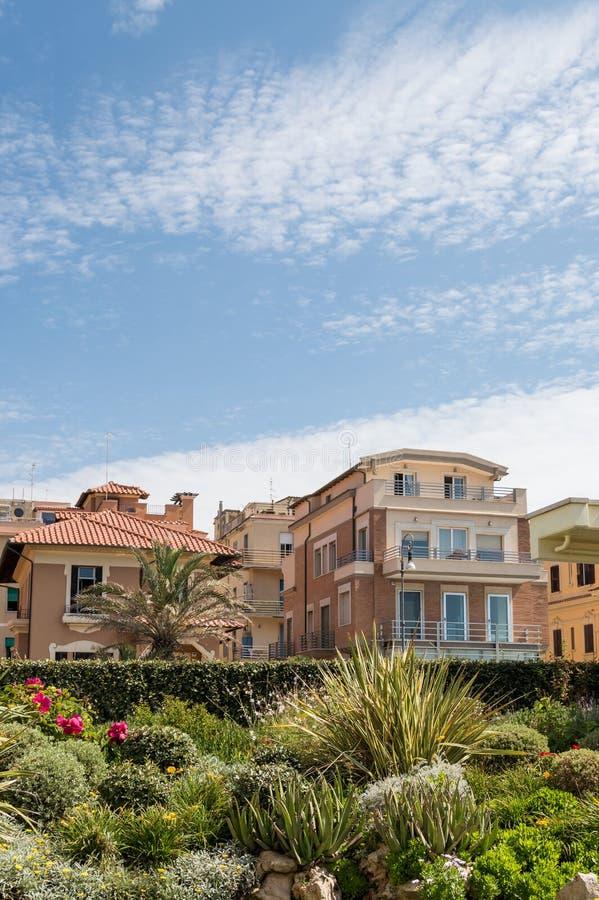 Родовые здания в городке пляжа около Рима Lido di Ostia, Италии стоковое изображение