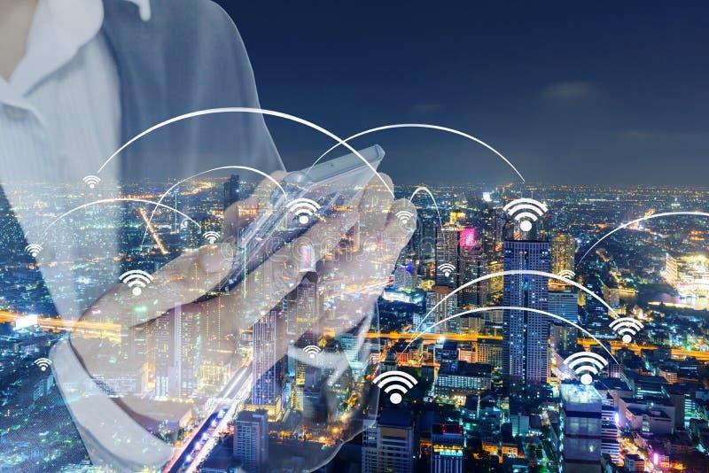 Родовые сигналы wifi и точки подхода и бизнесмен стоковое фото rf