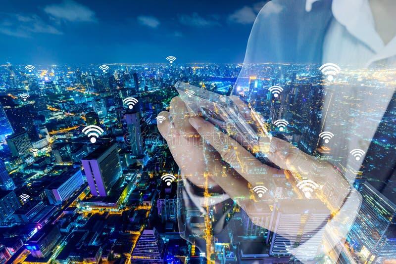Родовые сигналы wifi и точки подхода и смартфон пользы бизнесмена для соединить его стоковые изображения rf