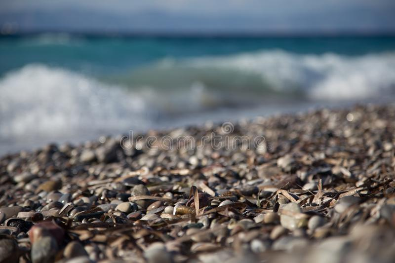 Родос, Греция, август 2016 Прибой на пляже Эгейского моря стоковые фотографии rf