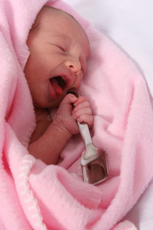 рожденный младенец ее ложке рта серебряной стоковое изображение rf