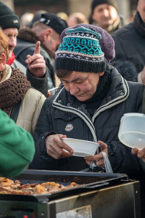 Рожденственская ночь для плохого и бездомного на главной площади в Cracow Каждый год группа Kosciuszko подготавливает большой кан стоковая фотография