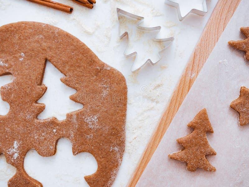 Рождественская выпечка: тесто, печенье и специи Просмотр сверху стоковая фотография