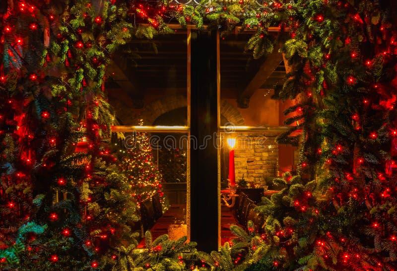Рождественская елка и камин увиденные через деревянное окно кабины стоковые фото