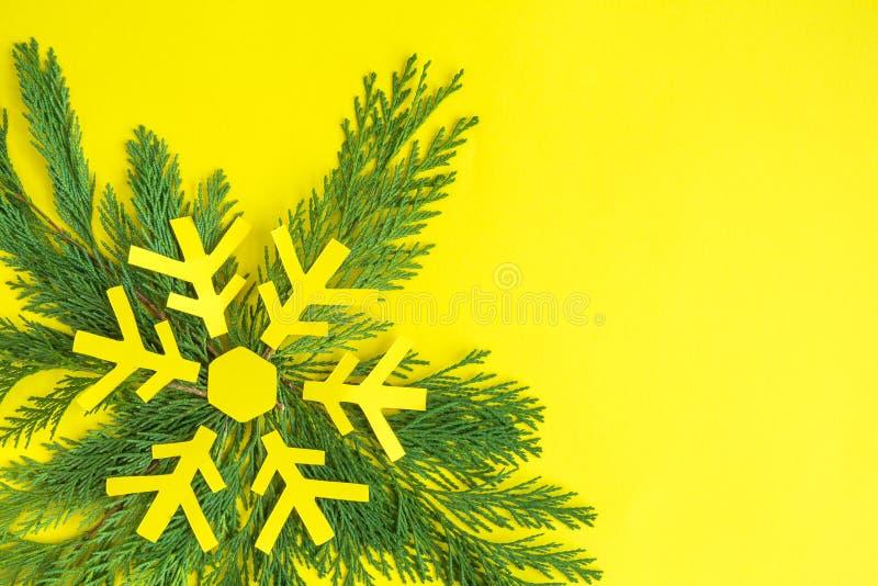 Рождественская елка и снежинка сделанные концепции желтой бумаги минимальной творческой стоковые изображения